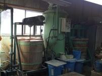 陶土に水を加えて、樽の中で撹拌して生地を作る