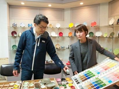 釉薬の相談をする鹿児島さんとイイホシさん